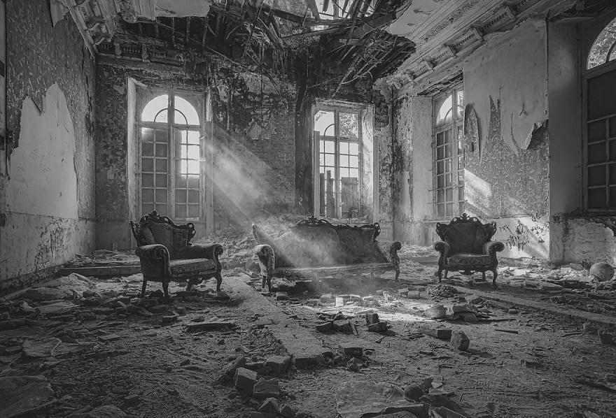 интерьер старого разрушенного дома